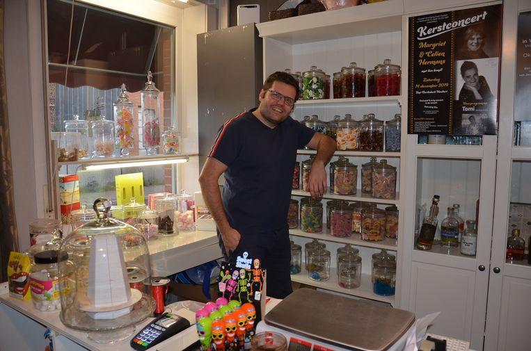 Jeroen Wiggeleer in zijn nostaligische snoepwinkeltje 't Dorpshuys in Denderhoutem.
