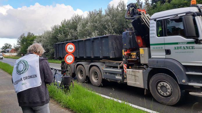 Zo'n veertig vrijwilligers telden een uur lang alle vrachtwagens in Drongen.