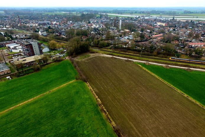 Tussen de IJssel en het spoor is Olst vol, daarom gaat het scholencluster aan de oostzijde gebouwd worden. Het gebouw komt op het stuk grond links op deze foto, naast Averbergen.
