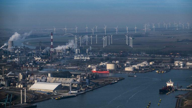De Haven van Antwerpen met het windmolenpark op de achtergrond. Beeld Benoit De Freine