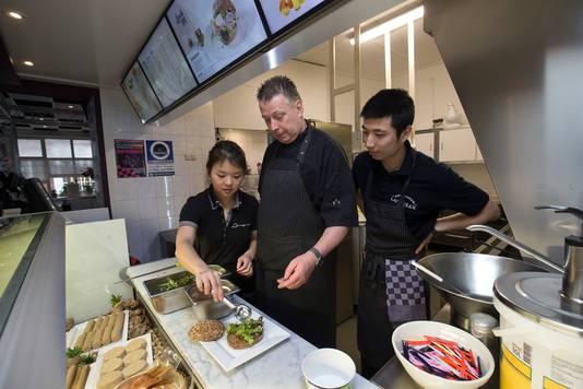 Hans Langeler heeft zijn snackbar in Hengelo verkocht aan Xingte Ye en zijn vrouw Yi Dan Jin.