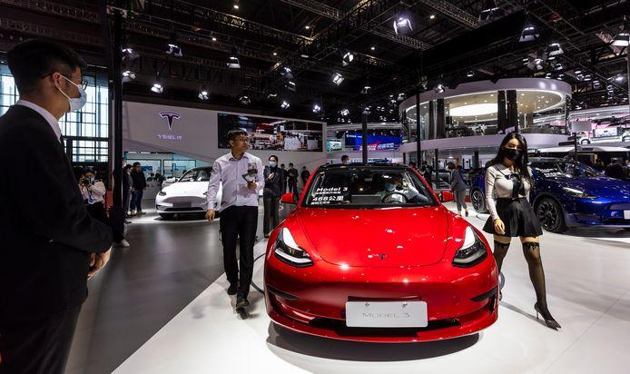 Belangstelling voor de Tesla Model 3 op de stand van het merk op de internationale autoshow van Shanghai die deze week gehouden wordt.