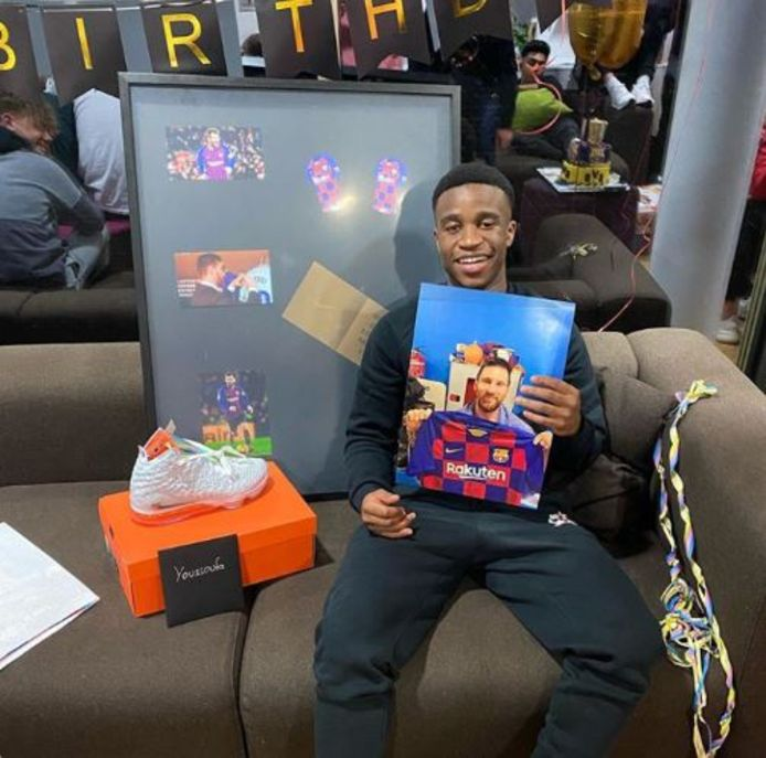Youssoufa Moukoko met het aandenken dat FC Barcelona hem stuurde op zijn 15de verjaardag.