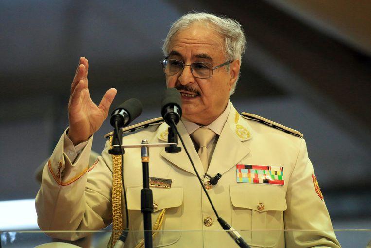 Kolonel Khalifa Haftar afgelopen mei tijdens de militaire parade voorafgaand aan het offensief om Derna te heroveren. Beeld AFP