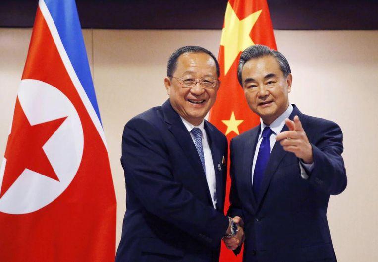 De Noord-Koreaanse buitenlandminister Ri Yong Ho (links) en zijn Chinese ambtgenoot Wang Yi tijdens de ASEAN-top vorige week in Manila. Beeld AP