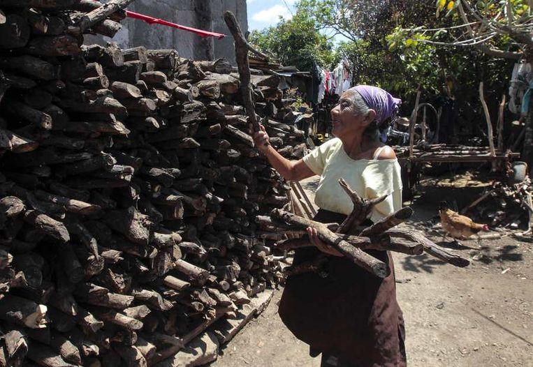 Een vrouw verzamelt hout in San Juan de Oriente, Nicaragua. Beeld null