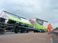 Harde wind zorgt voor problemen in Brabant: van omgewaaide bomen en vuilnisbakken tot gekantelde vrachtwagen