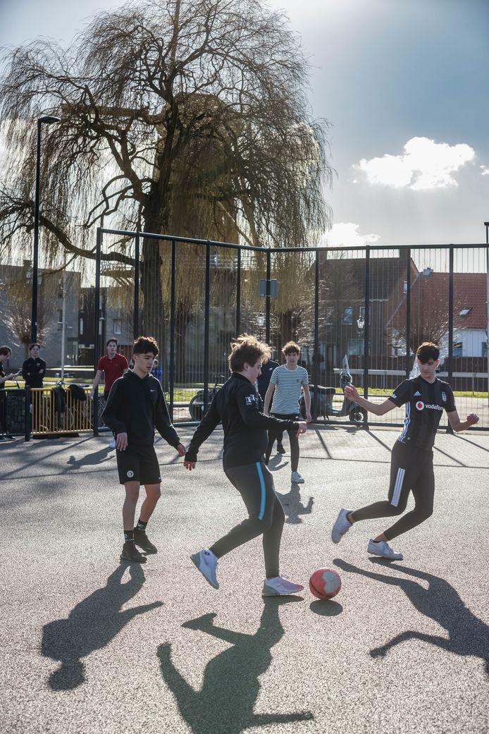 Potje voetbal in de wijk Schoenmakershoek, vorige maand.