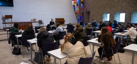 Eindelijk weer klassikaal les in Waalwijk, maar wel met galm en een glas-in-loodraam