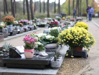 Bloemen mogen niet ingegraven worden op begraafplaats