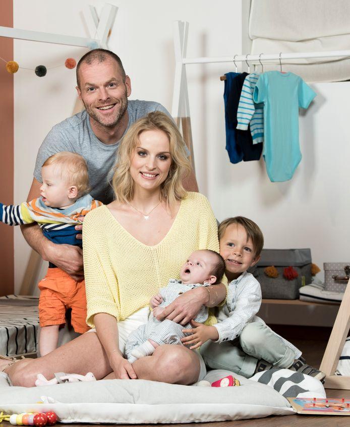 Filip Meert en Alizée Poulicek met hun kindjes Max (1,5) en Vigo (bijna 9 maanden). Rechts: Alizées zoon Raphaël (5) uit een vorige relatie.