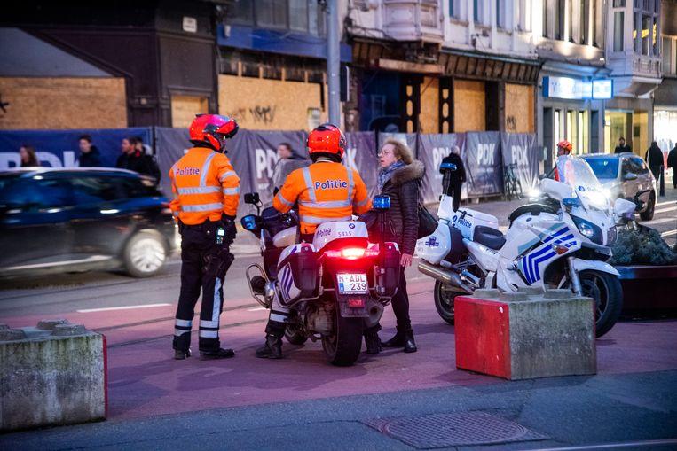 De politie probeert alle uitgaande verkeer na het kerstshoppen in goeie banen te leiden.
