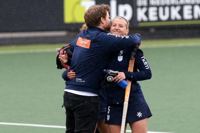 Tessa Clasener vindt troost in de armen van trainer Ivar Knötschke.