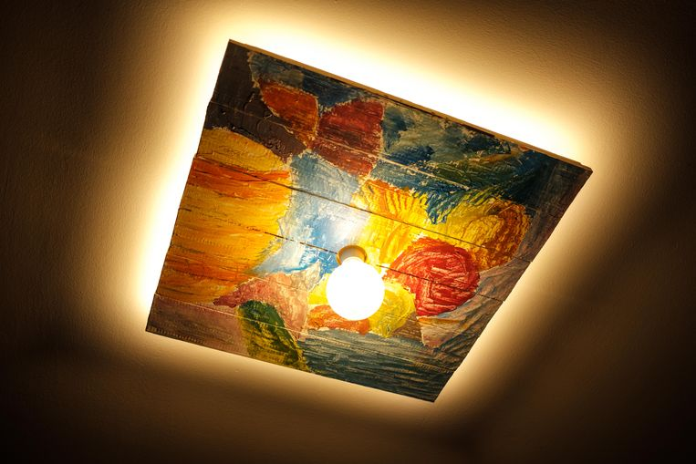 Herman Plasmans stelt zijn schilderijen tentoon in WZC Sint Jozef in wommelgem zondag. Het zijn abstracte werken die mensen met dementie prikkelen.