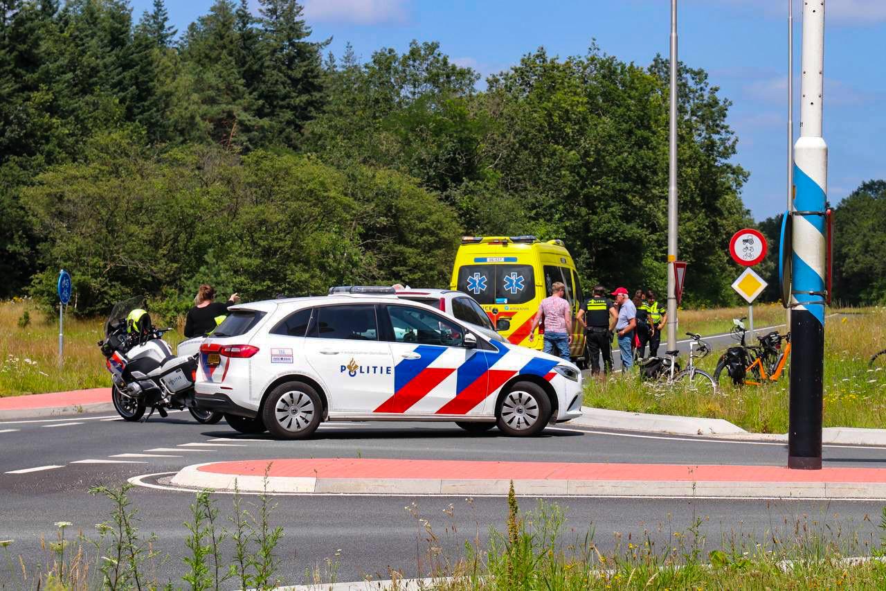 De fietsster is meegenomen met een ambulance.