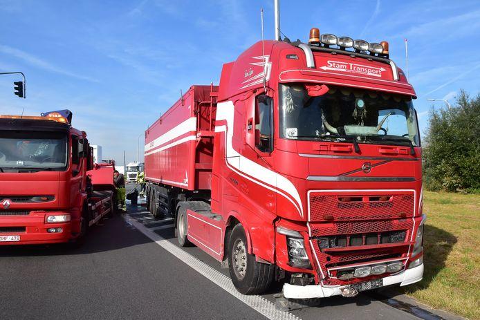 Ook de trekker liep schade op bij het ongeval op het kruispunt van de N32 met de oprit naar de A19 in Menen.