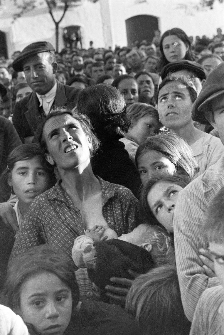 Vrouw met een baby aan haar borst tijdens een bijeenkomst over landhervormingen, bij Bradajoz, Extramadura, Spanje, april - mei 1936. Beeld Chim (David Seymour) / Magnum Photos Courtesy Chim Estate