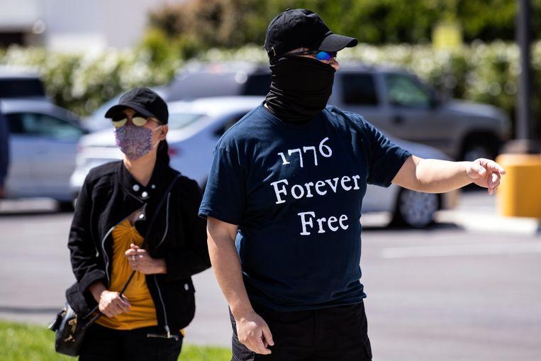 Een betoger tijdens een demonstratie voor een schoolgebouw in Los Alamitos, Californië, tegen het onderwijzen van de kritische rassentheorie. '1776' verwijst naar het jaar van de Amerikaanse onafhankelijkheidsverklaring. Beeld EPA