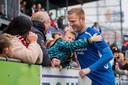 Een knuffel van een jonge fan van FC Emmen voor doelman Dennis Telgenkamp, toen er nog publiek in de stadions zat.