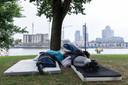 Twee Poolse daklozen slapen met een groep anderen sinds enige tijd in een parkje bij de Maashaven, met uitzicht op de luxe woontorens op de Wilhelminapier.