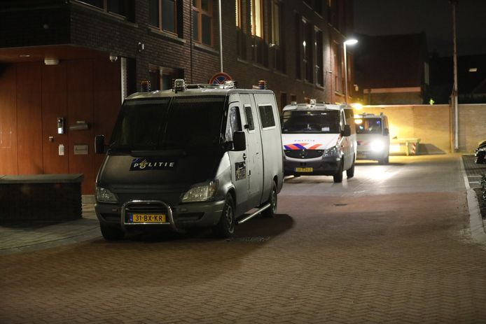 De ME staat paraat in Roosendaal.