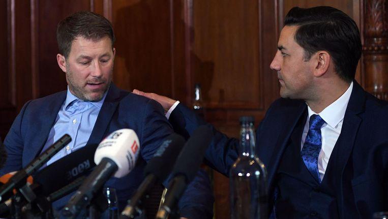 Oud-voetballers en misbruikslachtoffers Steve Walters (L) en Andy Woodward bij een persconferentie, 5 december 2016. Beeld afp