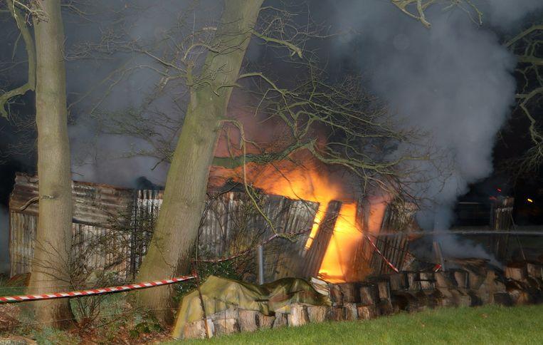 De vlammen in het kot aan de Hoevendijk.