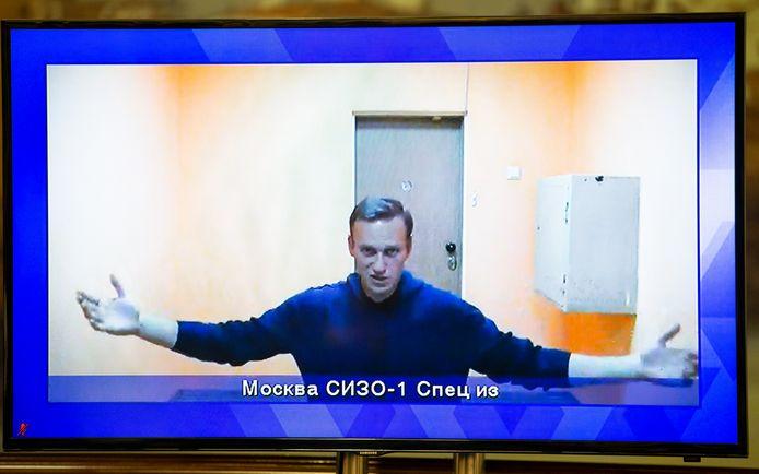 De Russische oppositieleider Alexei Navalny op een tv-scherm tijdens een livesessie in de rechtbank donderdag.