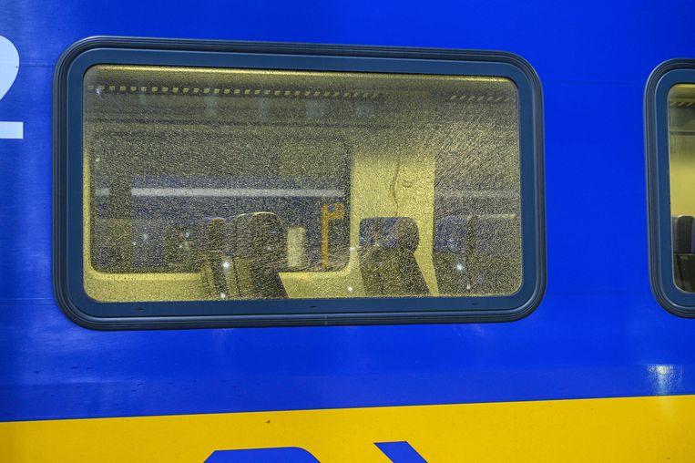 Een trein met een kapotte ruit op het station van Breda. Beeld ANP
