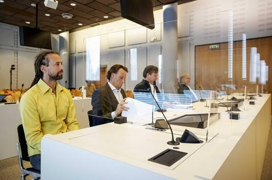 Willem Engel (L), Jeroen Pols (2eL) en advocaat Gerben van de Corput in de rechtbank
