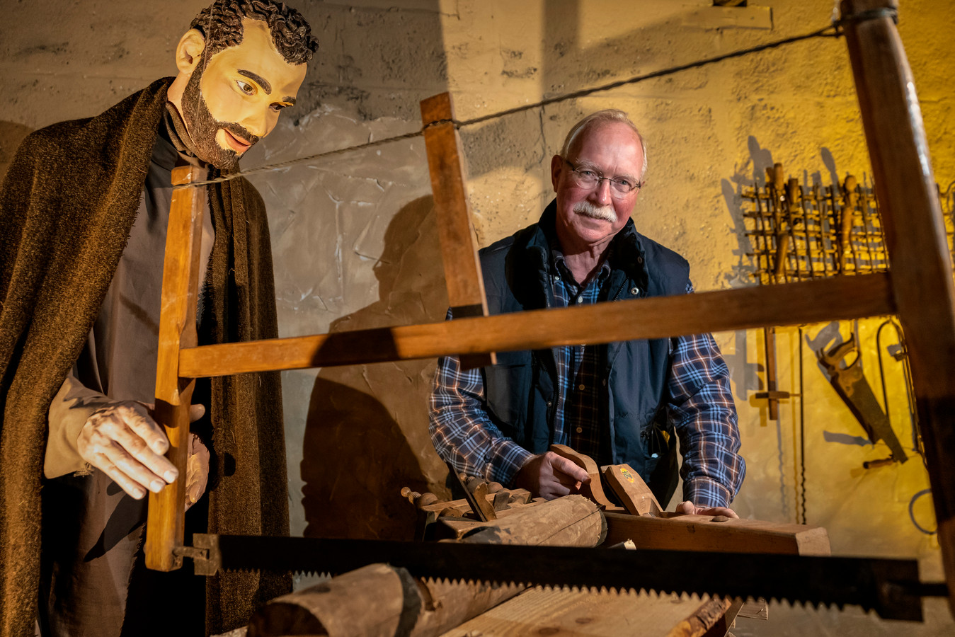 Jack Kradolfer in de kerststal in de Sint-Jan waar een belangrijke rol is weggelegd voor een zagende Jozef.