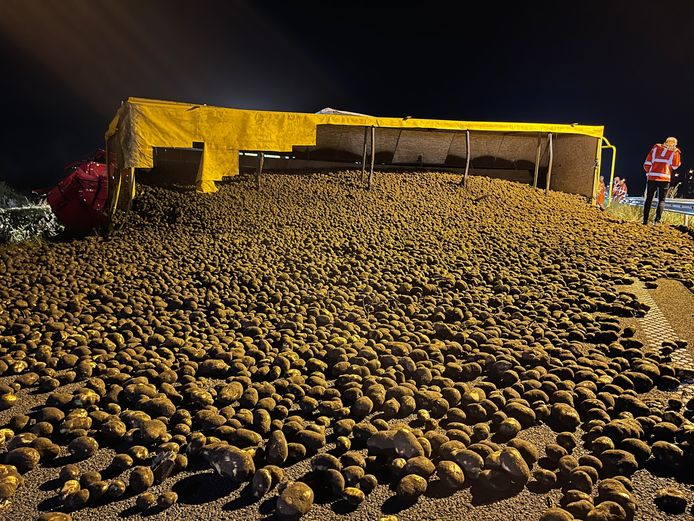 De weg lag bezaaid met aardappelen.