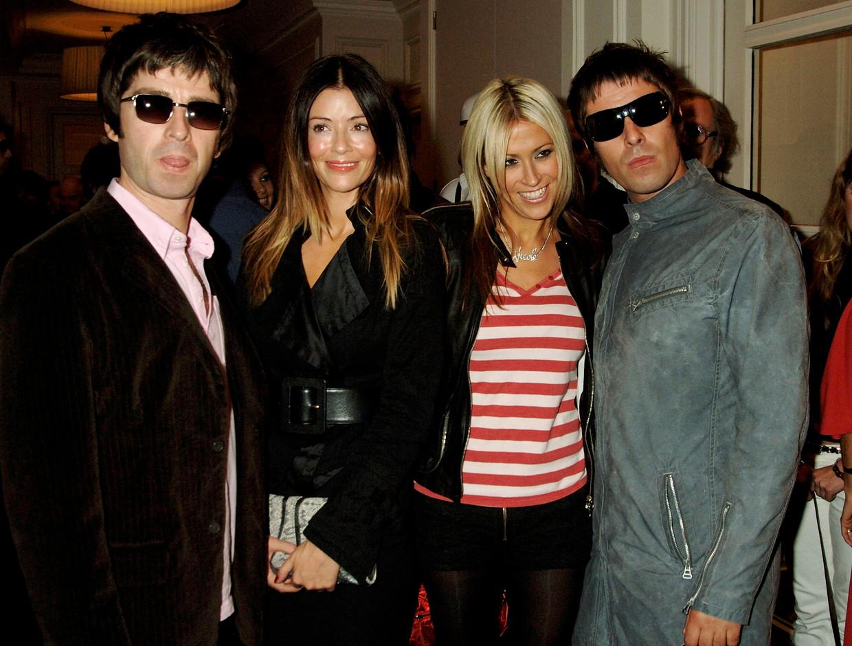 Noel Gallagher, Sara MacDonald, Nicole Appleton en Liam Gallagher, 2005 Beeld Getty Images