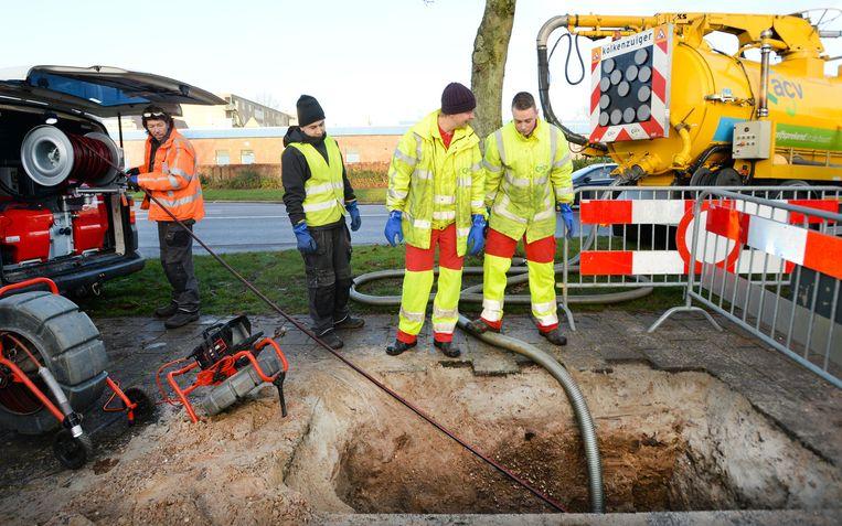Werknemers werken aan het herstel van de leidingen in Apeldoorn Beeld anp