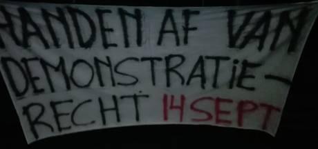 Protestgroep hangt spandoek op bij gemeentehuis Enschede