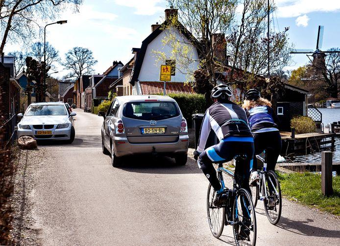 Het is passen en meten op de smalle weg (Oud Over) langs de Vecht bij Loenen.