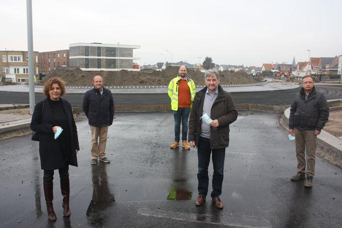 Schepen Marleen De Soete en burgemeester Wilfried Vandaele met achteraan Humberto Van Nunen van AWV aan de Ringlaan in Wenduine.