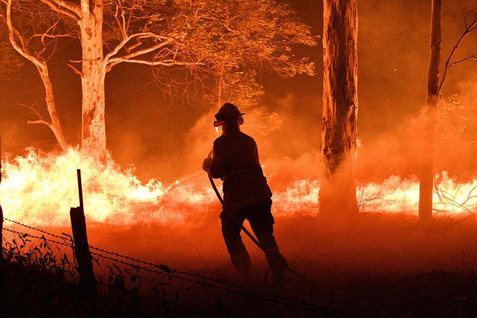 Een brandweerman gaat het vuur te lijf in Nowra, New South Wales.