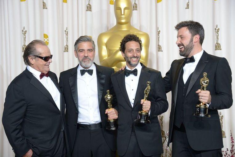 Jack Nicholson reikte de Award voor Beste Film uit, naast hem producer George Clooney, producer Grant Heslov en Ben Affleck. Beeld AFP