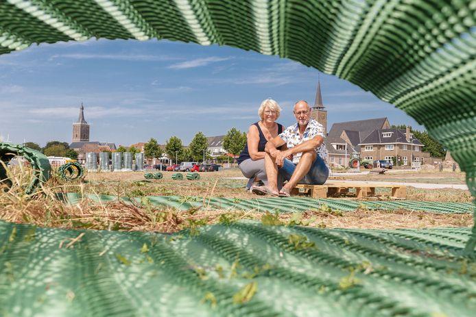 Bea en Wiebe Bethlehem met de groene matten, die als ondergrond gaan dienen voor de campers.