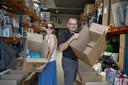 Sharon Wtterwulghe en Ronny van Hee steken de ingezamelde spullen al in dozen.