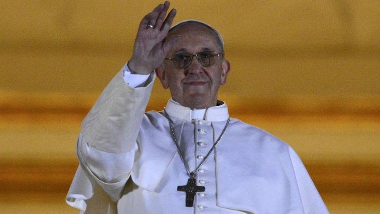 Paus Franciscus I groet de menigte op het Sint-Pietersplein. Beeld REUTERS