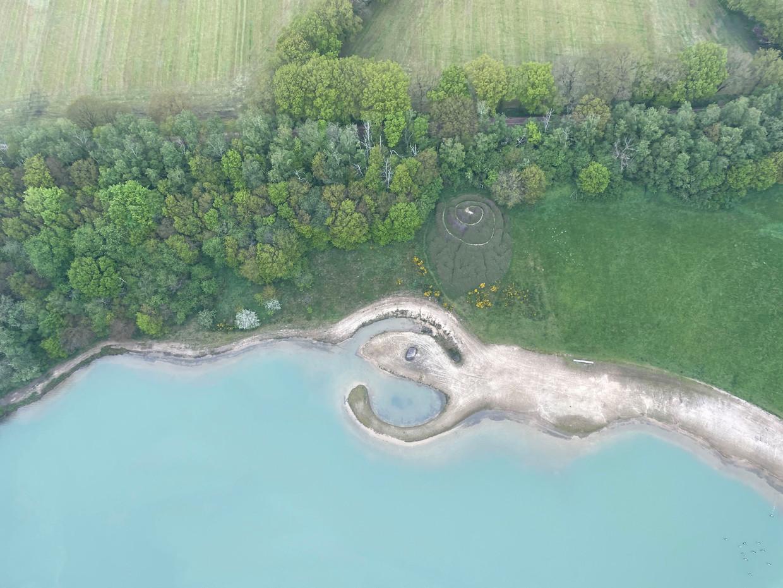 Luchtfoto van Broken Circle/Spiral Hill van Robert Smithson. Beeld Land Art Contemporary / Holt/Smithson Foundation, onder licentie van VAGA inARS, New York