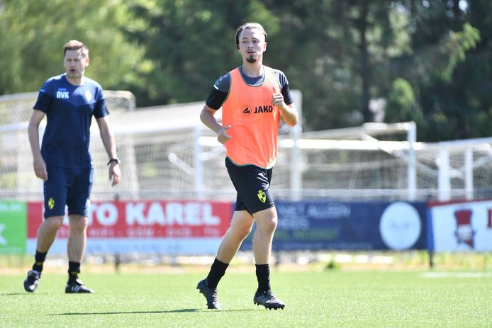 Joeri Poelmans op training bij Lierse. Op de achtergrond kijkt T2 Nico Van Kerckhoven toe.