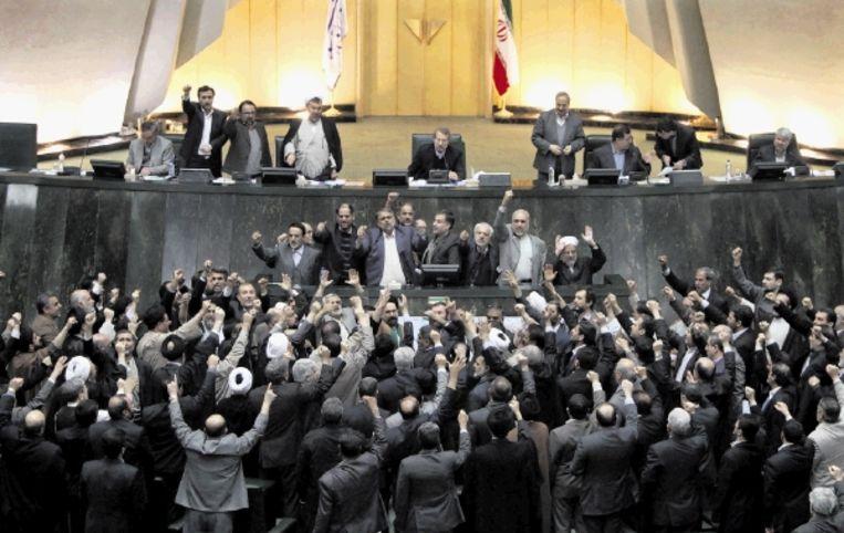 Iraanse parlementariërs roepen met gebalde vuisten om de doodstraf voor de oppositieleiders: Dood aan Moesavi, Karoebi en Khatami. (FOTO AFP) Beeld AFP