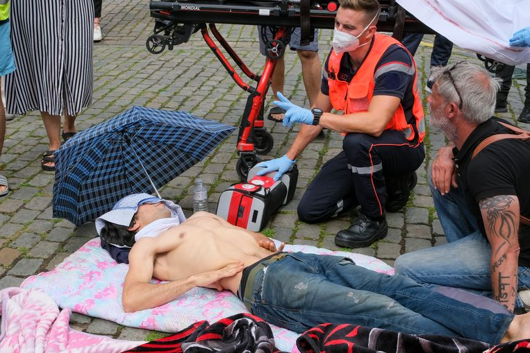 Sommige hongerstakers in de Begijnhofkerk hebben medische assistentie nodig. Beeld Marc Baert