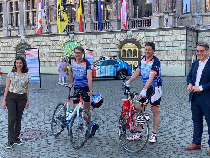 Tom Meeuws maakte een fietsritje voor het klimaat, met aankomst op de Grote Markt.