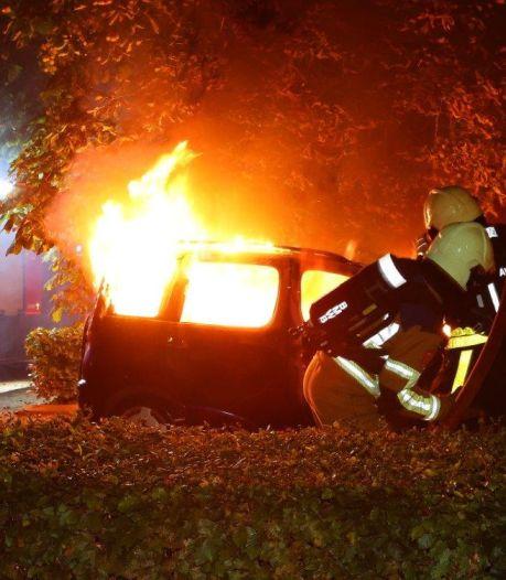 Autobrand in Haaren veroorzaakt schade aan schutting en schuur