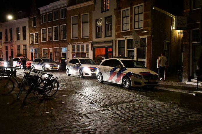 De politie greep in bij een feest in een woning op de Vlasmarkt in Middelburg.