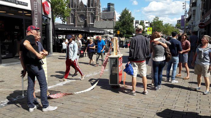 Onder het mom van Gewenste Intimiteiten werden er in de Heuvelstraat knuffels, schouderklopjes of handdrukken uitgedeeld. Deelnemers kregen een sticker.